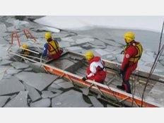 Im Mittelpunkt der Rettung stand der Eisrettungsschlitten, von dem im Moment mehrere an verschiedenen Uferplätzen im Landkreis für den Notfall bereit stehen und von jedem genutzt werden können, der Zeuge eines Unfalls wird.