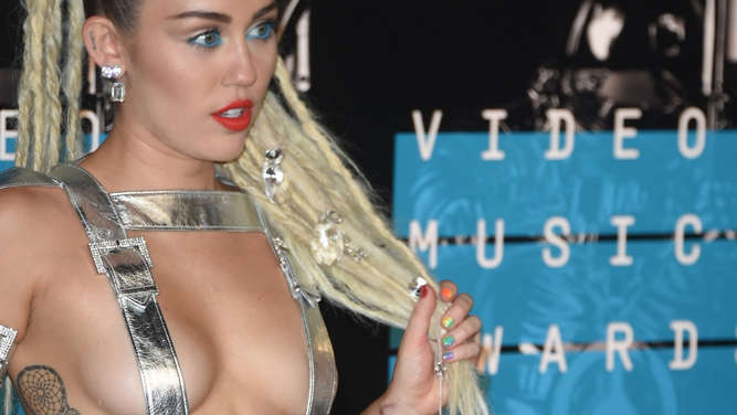 Miley Cyrus arrives on the red carpet at the MTV Video Music Awards (VMA), August 30, 2015 at the Microsoft Theater in Los Angeles, California.            AFP PHOTO/Mark RALSTON