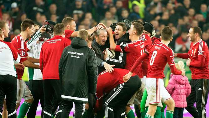epa05028675 A picture made available on 16 November 2015 of Hungarian national soccer team&#39s German head coach Bernd Storck (C) celebrating with his players after the UEFA EURO 2016 qualification playoff second leg soccer match between Hungary and Norway at Groupama Arena in Budapest, Hungary, 15 November 2015. Hungary won 3-1 on aggregate to qualify for the UEFA EURO 2016. EPA/SZILARD KOSZTICSAK HUNGARY OUT +++(c) dpa - Bildfunk+++