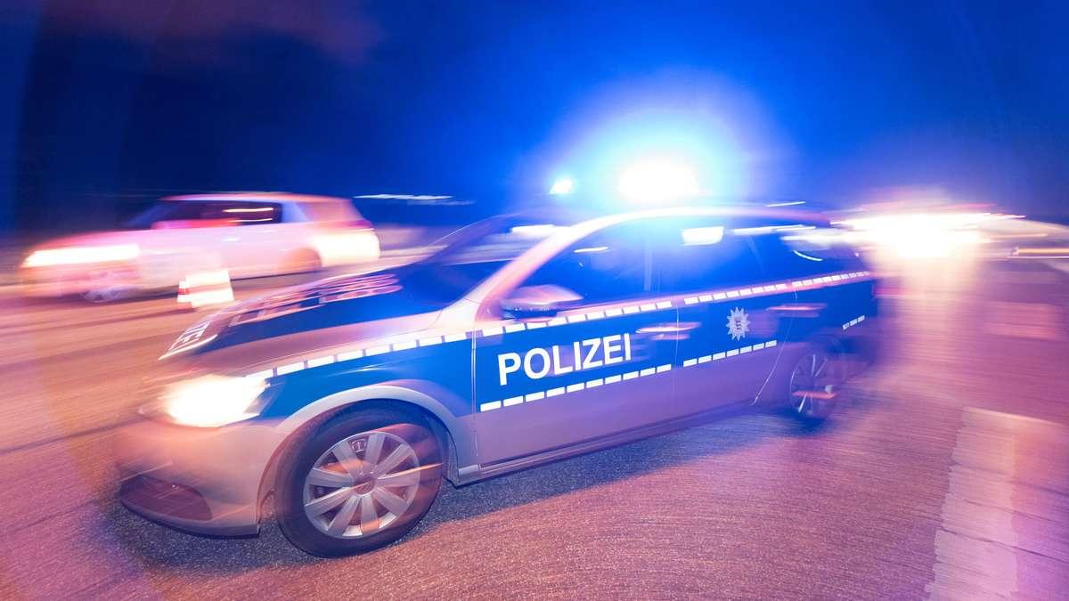 bayern mann wird in nacht auf einer strasse von einem auto erfasst und getoetet .