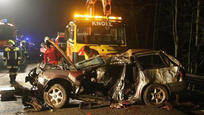Auto prallt gegen Baumgruppe: Zwei Menschen getötet