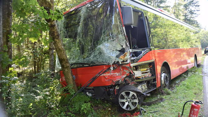 Auto kracht in Bus: Bayern-Urlauber aus Zwickau tot