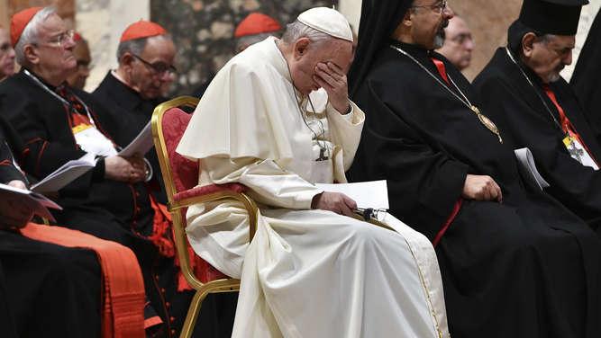 Auf dem Weg zum Gebet: Papst Franziskus bleibt im Fahrstuhl stecken