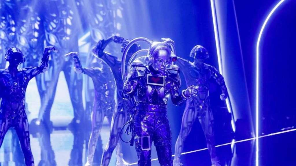 Wer mag in der Maske des Roboters stecken