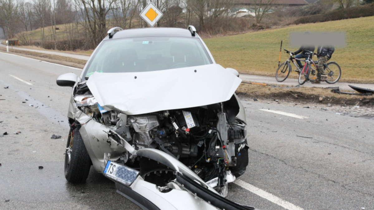 Taching: Autounfall auf der St2105 am Sonntag   Rupertiwinkel