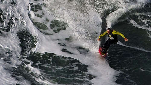 30 Meter! Surfer bezwingt Monster-Welle