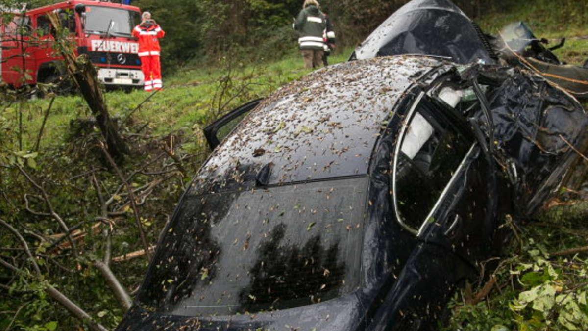 Unfall bei Trostberg auf der B299: BMW gegen Baum | Trostberg