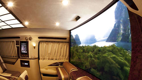 First Class Super-SUV mit Curved-TV