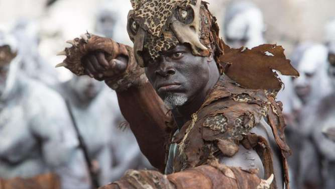 Djimon Hounsou als Chief Mbonga in der Neuauflage des Klassikers. Foto: Warner Bros. Entertainment
