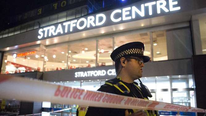 Notfalleinsatz vor dem Stratford Centre in London. Foto: PA Wire