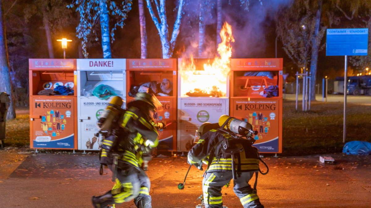 Traunreut: Altkleidercontainer brennt lichterloh - Feuerwehr im Einsatz | Traunreut - chiemgau24.de