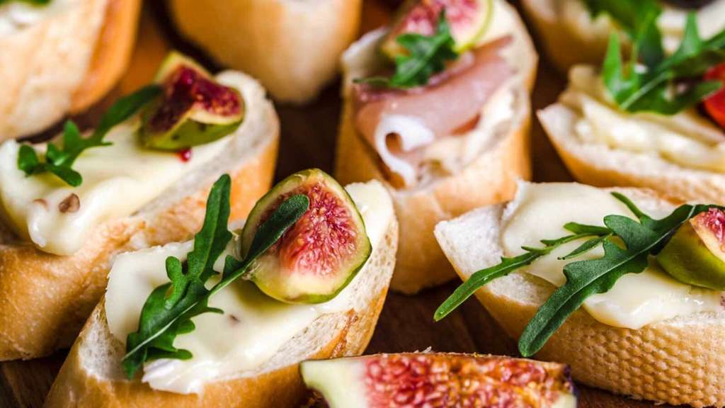Catering: Belegtes Baguette mit Käse, Feige und Rucola